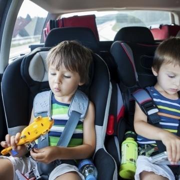 Kein Smartphone & Co. auf Reisen: Kinder vor Reiseübelkeit schützen