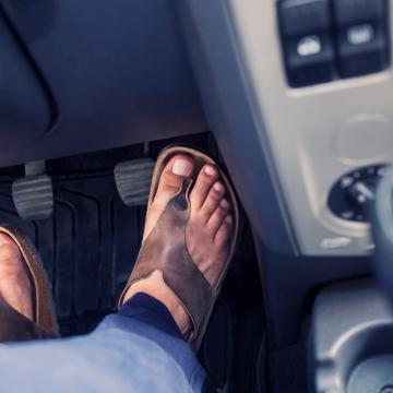 Autounfall - Versicherung zahlt auch bei Tragen von Flip Flops