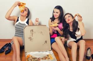 Lieferdienste Vergleich Frauen essen Pizza